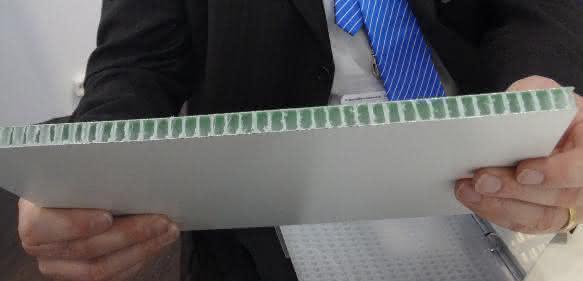 Edwin Richards zeigt den leichten und biegesteifen Verbundwerkstoff Coretinium
