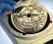 Ein handlicher Lab-Disk-Player soll Ergebnisse beim Nachweis multiresistenter Keime bereits nach 1 h liefern (Foto: Hahn-Schickard-Institut).