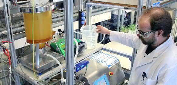 Mit spezieller Filtrationstechnik werden die Peptide aus dem Reis-Eiweiß der Größe nach getrennt. (© Fraunhofer UMSICHT)