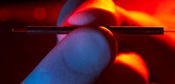 Terahertz-Beschleunigermodule passen problemlos in eine Hand. (Bild: DESY / Heiner Müller-Elsner)