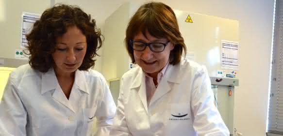 Prof. Dr. Christine Lang (rechts) informiert Ramona Pop über Möglichkeiten von Biotechnologie und Bioökonomie.