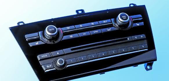 Klavierlack mit Kratzfestbeschichtung: Radio-/CD-Blende mit IML-Dekorierung, produziert auf einer CXZ500-2000/750