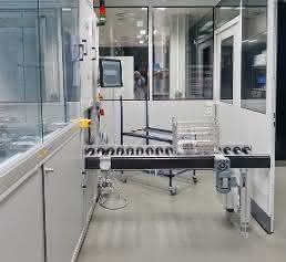 7-Zonen-Ultraschallreinigungsanlage vor dem Reinraum