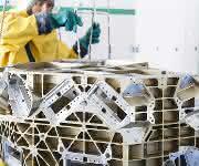 Vorreinigung eines Satellitenbauteils
