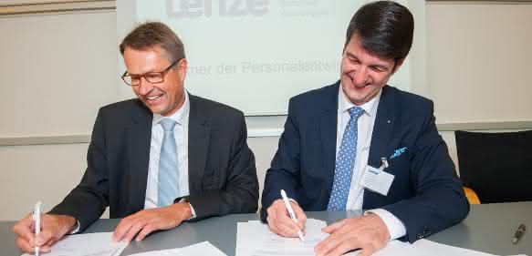 Christian Wendler, Vorstandsvorsitzender der Lenze SE und Prof. Dr. Volkmar Langer, Präsident der Hochschule Weserbergland