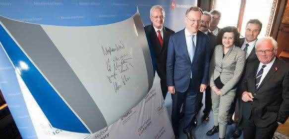 """Unterzeichnung der Vereinbarung """"automobiler Leichtbau am Forschungsstandort Niedersachsen""""."""