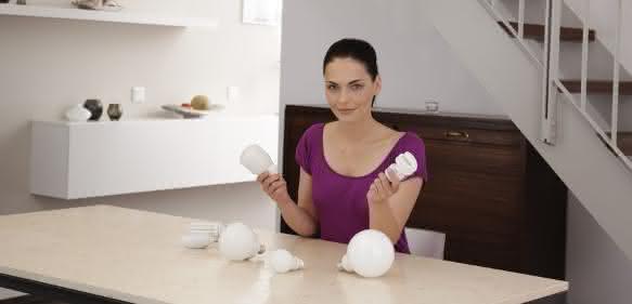 Frau mit LED-Lampen
