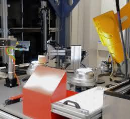 6-achsiger Roboter prüft Bauteile