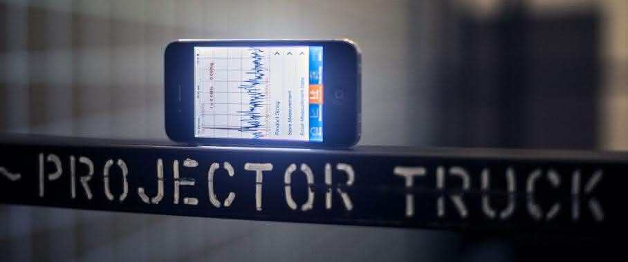 Smartphone mit VibroChecker App von ACE