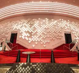 OLED Installation Hugo Timmermans im Theaterfoyer