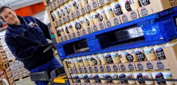 Emmi vertraut weiter auf Chep: Caffè Latte auf der blauen Platte
