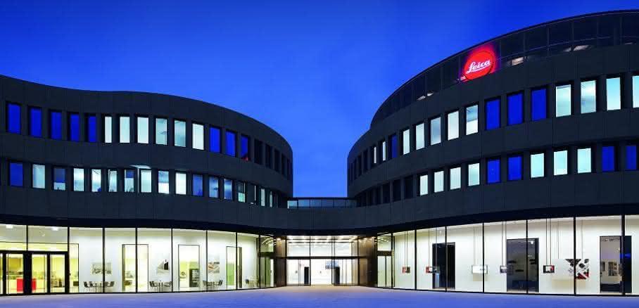 Lichtlösung: Leuchtendes Denkmal: Leica Camera AG zeigt sich im Zumtobel-Licht
