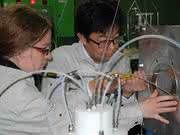 Dr. Julia Even vom Helmholtz-Institut Mainz und Dr. Hiromitsu Haba von RIKEN, Wako, Japan