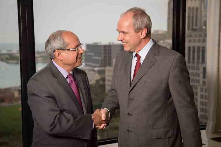 Rakesh Sachdev, President und CEO von Sigma-Aldrich, und Karl-Ludwig Kley, Vorsitzender der Merck-Geschäftsleitung