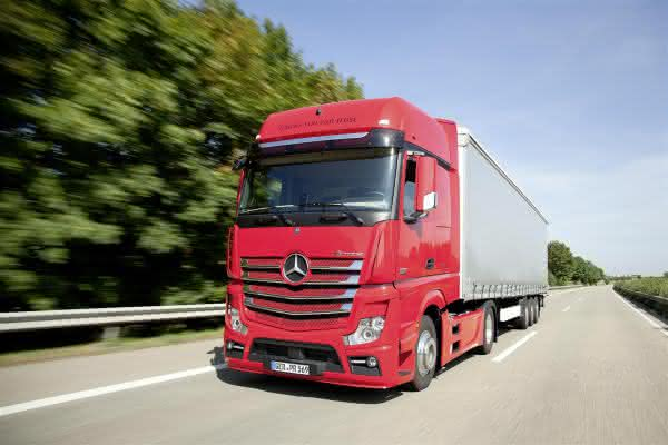 "Motor Transport Awards in London: Mercedes-Benz Actros ist ""Fleet Truck of the Year 2014"""