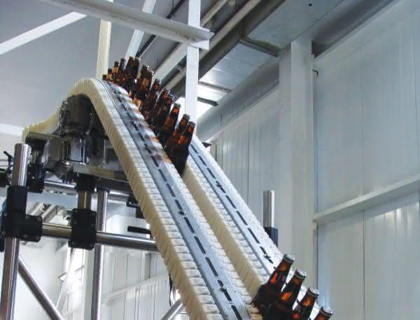Förderband mit Kettenfördersystem VarioFlow: Diese Flaschen wollen hoch hinaus