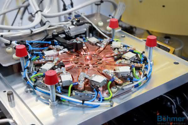 Fünfachsiges Tandem-BAZ: Größere Teilevielfalt bei weniger Maschinen
