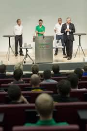 """""""Meet and Greet"""" bei Schaeffler: DTM-Champion Mike Rockenfeller begeistert Nachwuchsingenieure"""