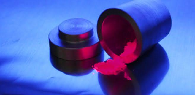 Bessere Farbwiedergabe, mehr Helligkeit: Neuer LED-Leuchtstoff