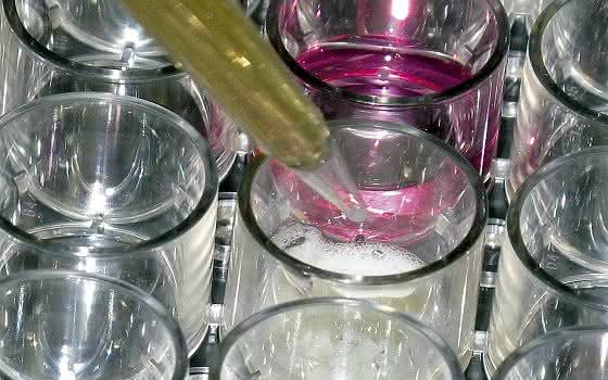 Implantierter Infektionsschutz: Knochenimplantate halten Keime auf Distanz
