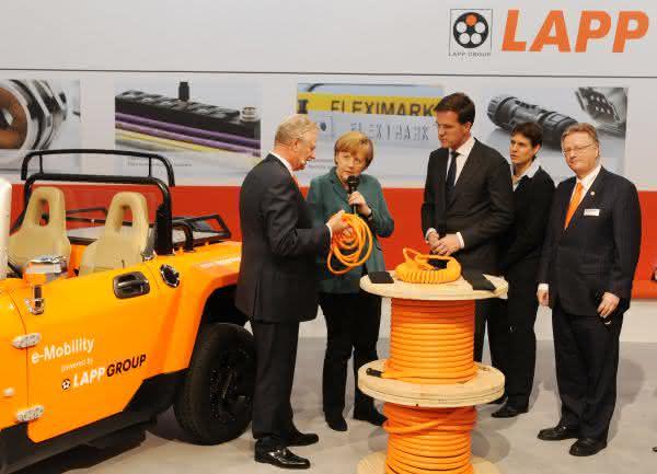 """Kabelhersteller präsentiert """"Lapp Helix"""": Kanzlerin Merkel besucht Lapp Gruppe auf der HMI"""