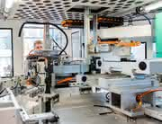 Komplettlösung für medizintechnische Teile: Klebefreie Einwegkanülen aus dem Automaten