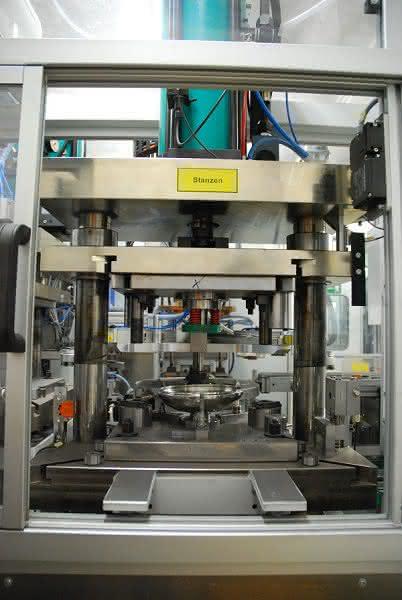 Presstechnik in der Kochgeschirrherstellung: Pressen machen eine Pfanne