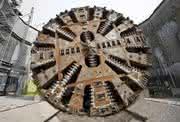 Tunnelbohrmaschinen brauchen einen Gegenhalt:: Dieser Wurm wiegt 2.800 Tonnen