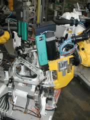 Mechatronische Servo-Antriebe für reproduzierbare Clinch- und Einpress-Qualität: Präzision für Kraft und Weg