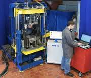 Neues Schäumverfahren des IKV verringert Bauteildichte: CO2 treibt PUR