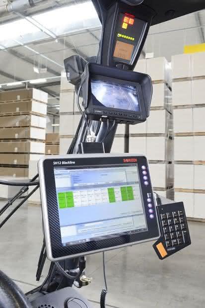 Industrie-Computer: Mit Arbeitshandschuhen