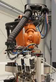 Energieführungen von Igus machen Roboter beweglich: Packt auch schwere Leitungspakete
