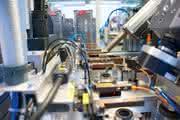 Pick&Place-Einheit für die Fertigung von Wellendichtringen verbessert den Produktionsfluss: Ein linearer Arm greift radikal durch