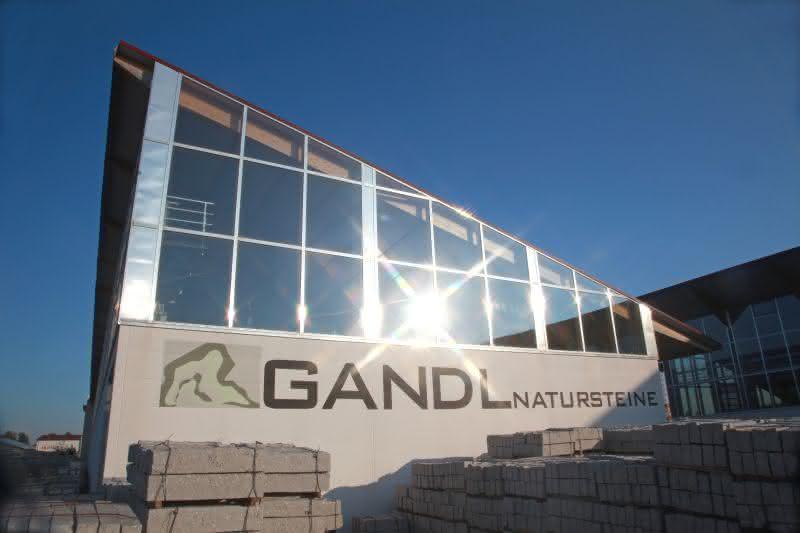 Bayerischer Natursteinhändler rationalisiert und nutzt Beumer-Palettierroboter für Sackware: Bunte Kieselsteine - palettenweise