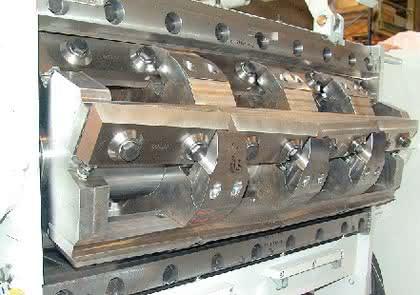 Schnelles Zerkleinern geschäumter Kunststoffplatten: Einzugsmühle: Platten kurz und klein