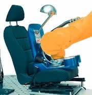 Robotergestützte Autositzprüfung: Setzen bitte, Prüfung!