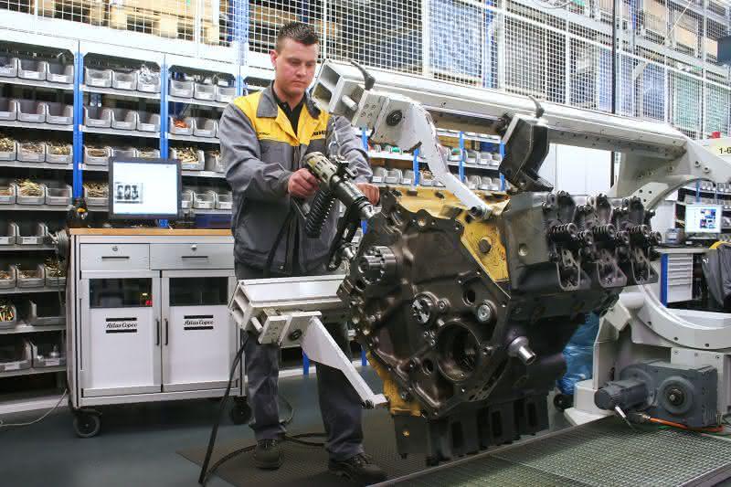 Atlas Copco verschraubt und dokumentiert in einem Arbeitsgang: Mobile Montage der Motoren