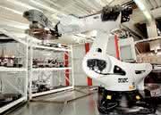 Roboter für die Werkzeugmaschine: Roboter lastet aus