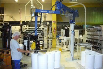 Handhabungsgerät für den ergonomischen Umschlag von Papierrollen: Federleichtes Palettieren