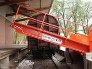 Hydraulikbrücke: Ladebrücke schwenkt übers Gleis