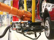 Industrieroboter: Knickarm-Roboter montiert Räder im Fließbetrieb