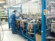Automatisierung PUR-Produktion: Mensch und Roboter Hand in Hand