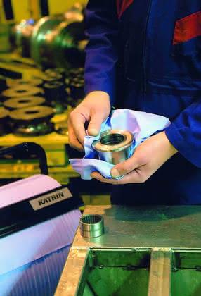 Reinigungstücher Produktion: Papier und Textil Hand in Hand