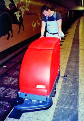 Scheuersaugmaschinen, handgeführt: Bis an die Kante gescheuert