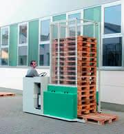 Industrieroboter: Flurförderzeug sammelt leere Paletten