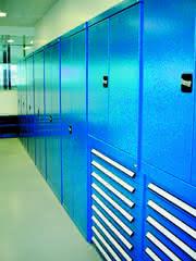 Schrankwände und Steckregale: Innen gesteckt, außen blau