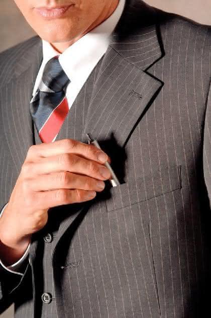 Business-Kleidung: Der Strich am Damenbein