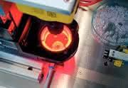 Mikrospitzgieß-Maschinenplattform: Mikrooptische Zwerge  unter der Lupe