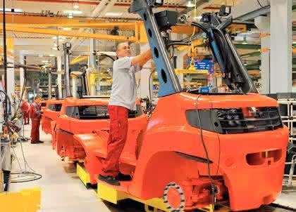 E-Schlepper für die Produktion, Gabelstapler mit Elektroantrieb, Gabelstapler mit Verbrennungsmotoren, Neue Hoch- und Niederhubwagen: Starke Parallelen