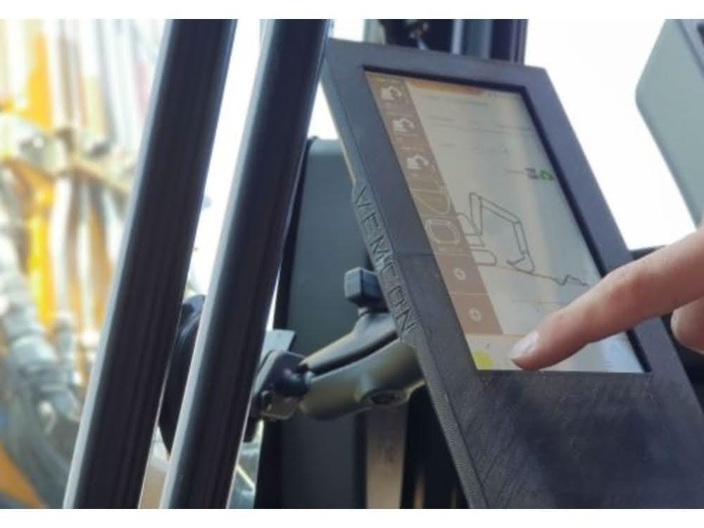Die Vemcon GmbH zeigt auf der GaLaBau in Nürnberg den Vemcon CoPilot, eine herstellerunabhängige Nachrüstlösung zur Teilautomatisierung von Kompaktbaggern.